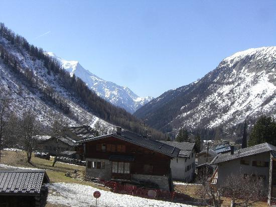 Hotel L'Olympique: View from the hotel down the valley