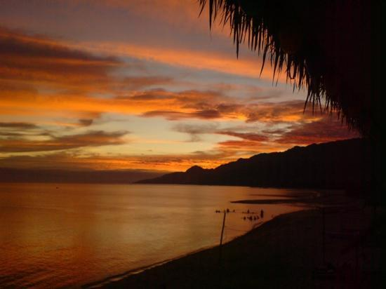 San Juan, Filipinas: sunset at Kabayan Beach Resort, Laiya