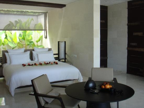 Alila Villas Uluwatu: one of the bedrooms with a perfect flowers arrangement