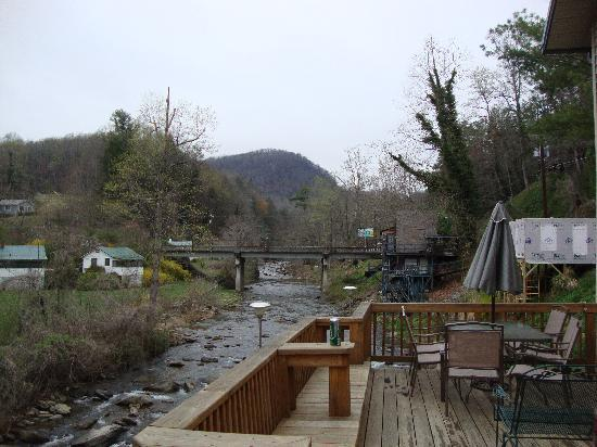 Bat Cave River Cottages : The breath taking view from the deck that has a 6 person hot tub