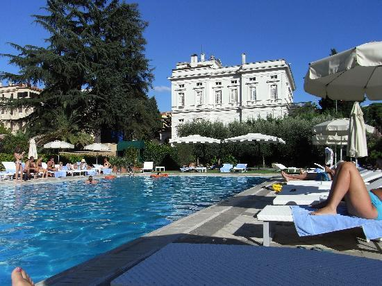 Parco dei Principi Grand Hotel & SPA: pool area , free beds and towels