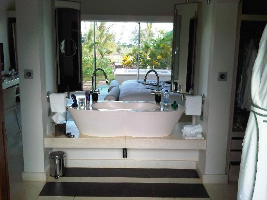 Sofitel So Mauritius: Bathroom -> Bedroom -> Private garden with tub