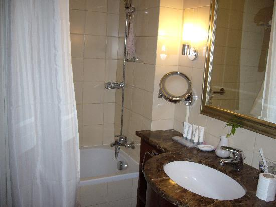 Al Sondos Suites: bathroom
