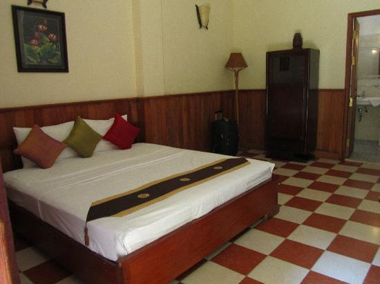 Kambuja Inn: Comfy bed, clean room and bathroom