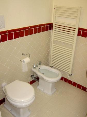 Relais Santa Genoveffa: toilette (and bidet)