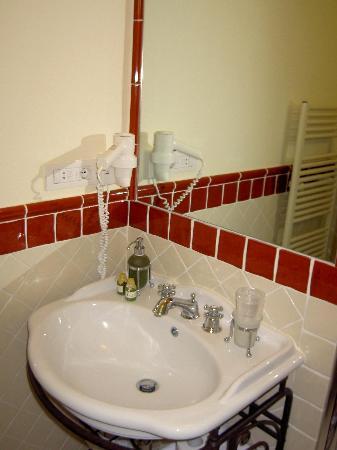 Relais Santa Genoveffa: sink basin