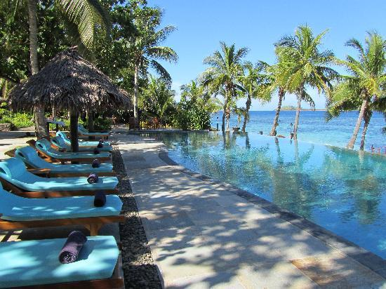 Tokoriki Island Resort: Relaxing lounges by the infinity pool