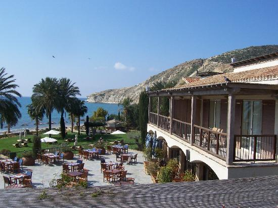 Columbia Beach Resort Pissouri: View of restaurant and grassy area