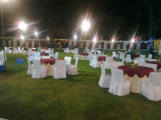 Hotel Krishna Sagar: Lawns