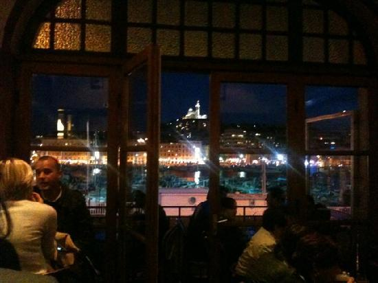 Hotel Bellevue: A typical night in the bar