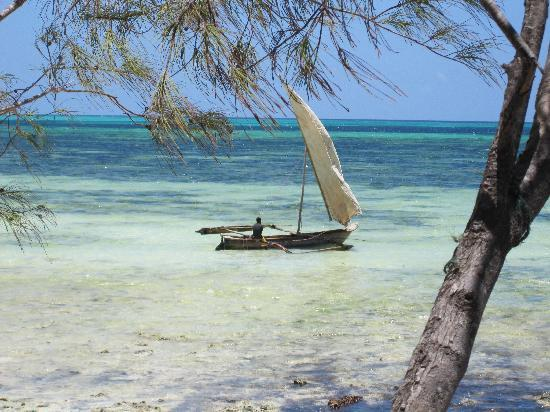 Spice Island Hotel Resort Zanzibar : Fischerboot am Hotelstrand