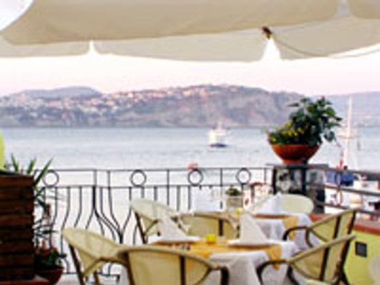 Nelle sere d'estate cenare all'aperto al Re Ferdinando, al lume di candela, è il massimo.