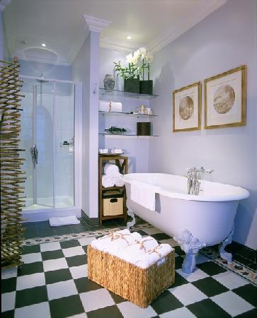Champs Elysees Plaza Hotel: Bathroom