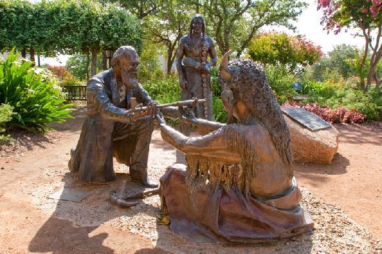 Fredericksburg, Τέξας: See the sculpture dedicated to the only treaty never broken.