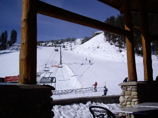 Trickle Creek Lodge: View up the slope