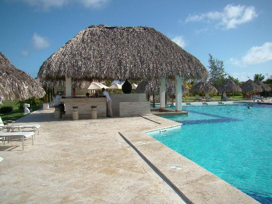 Cocotal Golf & Country Club: Cocotal swimming pool and bar