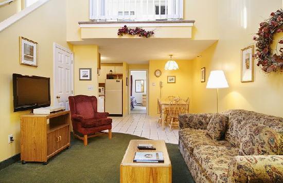 Misty Harbor Resort: Living Room of 2 Bedroom Unit