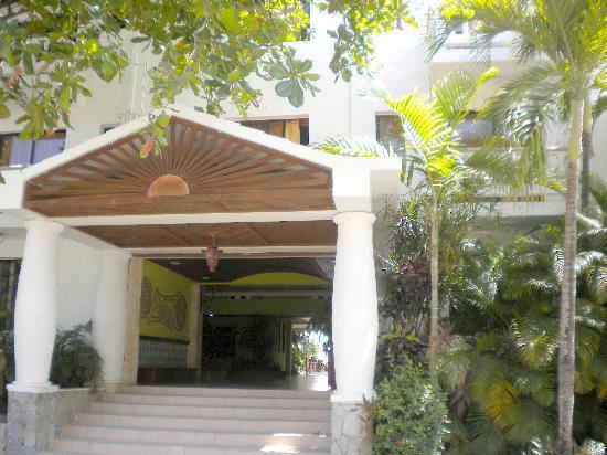 Hotel Celuisma Cabarete: The entrance.