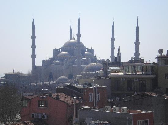 And Hotel: Вид с балкона, направо Голубая мечеть