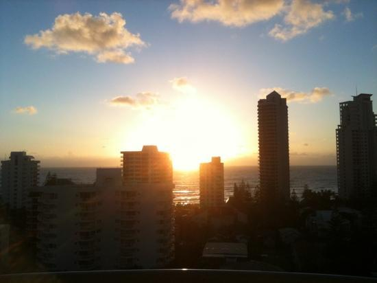 Crowne Plaza Hotel Gold Tower Surfers Paradise: sunrise view from Gold tower, Crowne Plaza