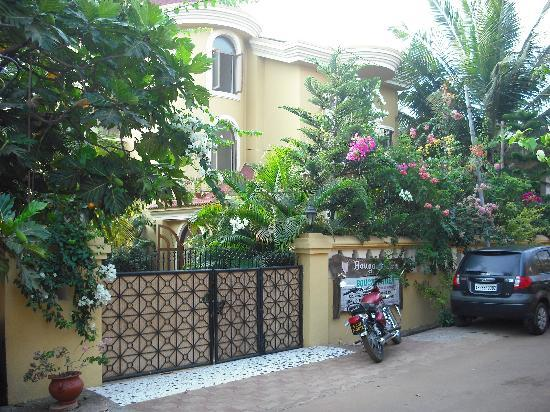 Bougainvillea Guest House Goa: Guesthouse front gate
