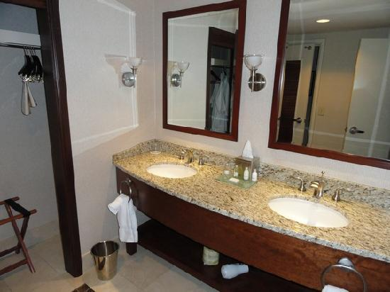 Ameristar Casino Hotel Council Bluffs: Bathroom Vanity