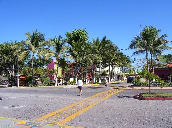 Decameron Los Cocos: New paint every day