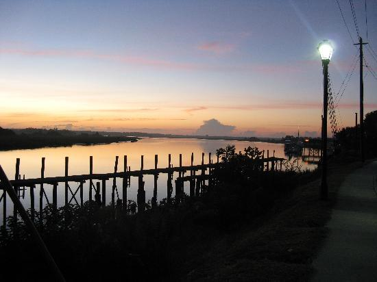 Tortugas Island Grille: sunset on River Dr . T-Bolt Ga.