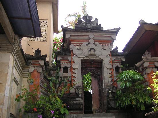 Gunung Merta Bungalows: 宿の入り口