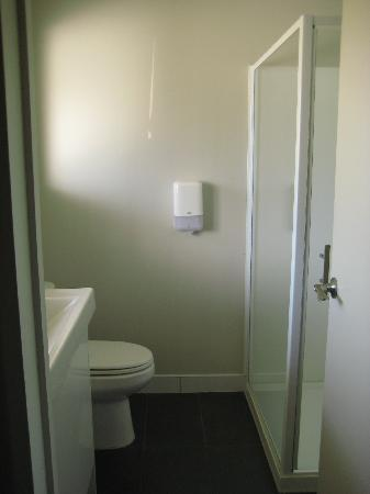 Finlay Jack's Backpackers: Roomy, clean, modern bathroom (ensuite)