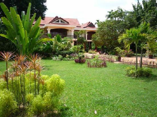 Bloom Garden Guesthouse: Large grounds