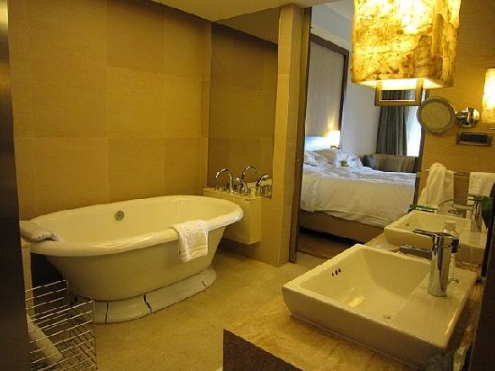 The Ritz-Carlton Sanya, Yalong Bay: Big bathroom