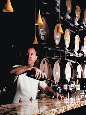 Laguna Canyon Winery: Pouring