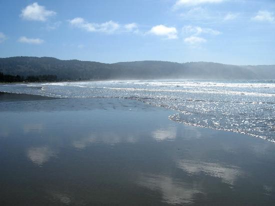 Anchor Beach Inn: View of the beach, facing south.