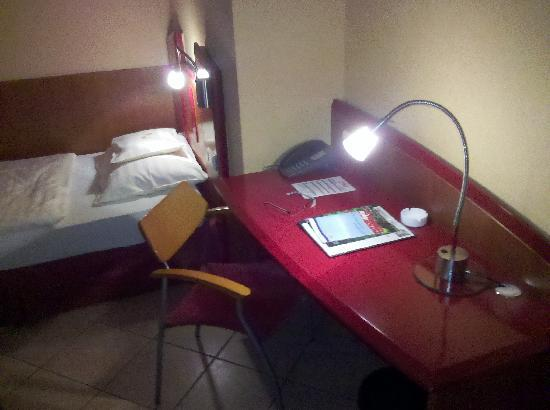 Hotel Mado: Schreibtisch