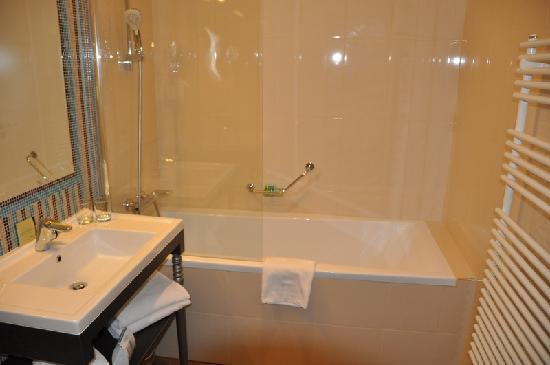 La Prima Fashion Hotel: Room view 302 bathroom
