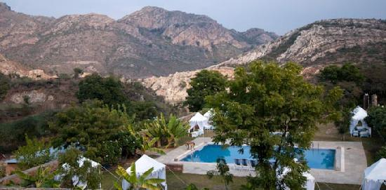 Aravali Silence Lakend Resorts & Adventures Pvt. Ltd.: Lage Swimmingpool
