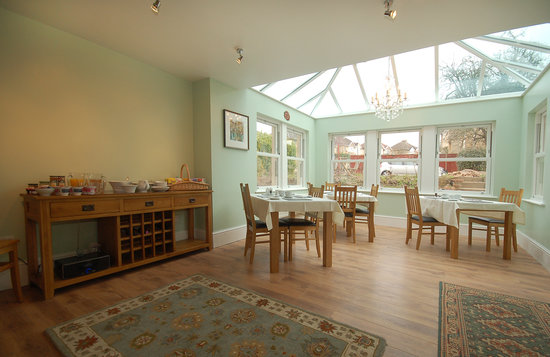 Hawkins of Bath: spacious garden room for breakfast