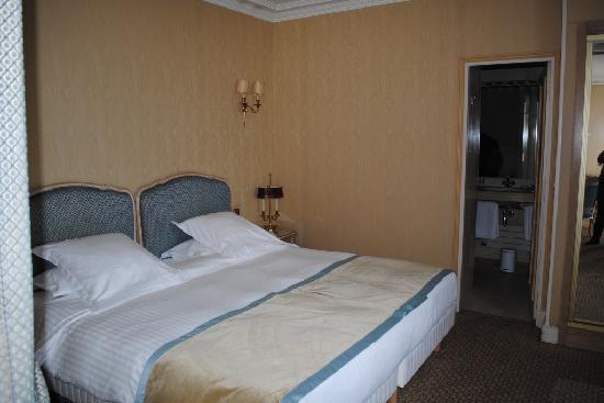 Hôtel Rochester Champs Elysées : Bedroom - seperated bedroom area