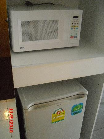 Kata Beach Studio : fridge and microwave in the room