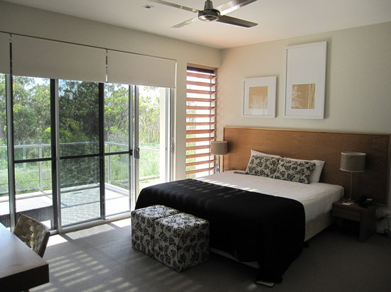 RACV Noosa Resort: Lovely bedroom with balcony