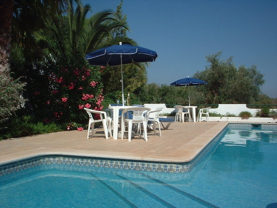 Villa Feliz Apartments: Villa Feliz pool and two bedroom apartment gardens