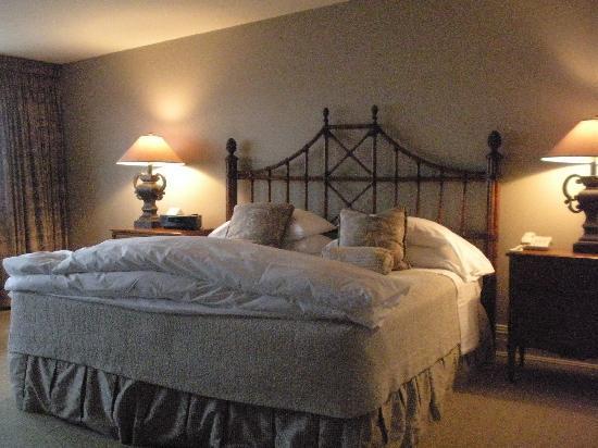 The Aurora Inn: bedroom area