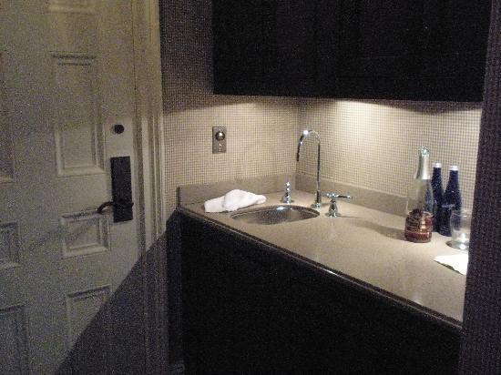 The Aurora Inn: kitchenette