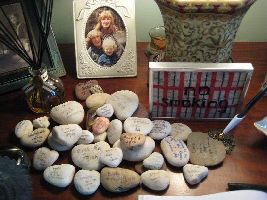 Shorecrest Bed & Breakfast: Rock collection