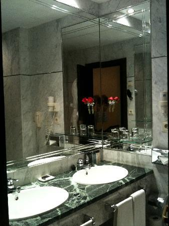 Hotel Villa Real: Nice bathroom, fresh flowers and good towels, the amenities are to my taste below average