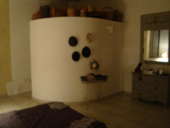 Le Posterlon: the round-walled bathroom with collection of baskets and hats