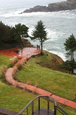 وايل كوف إن: Hotel's walk down to the water's edge.