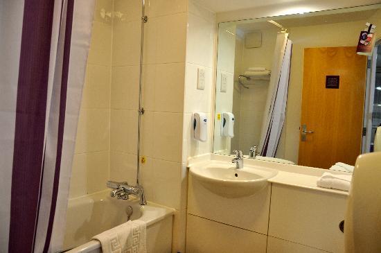 Premier Inn Durham East Hotel: clean bathroom