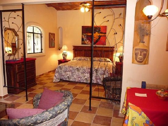 Macondo Bungalows: Toscana kitchen and bedroom